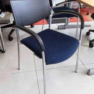 Koppelbare stoel met kunststof rug en gestoffeerde zitting