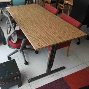 In hoogte verstelbaar bureau met een afmeting van 160x80cm
