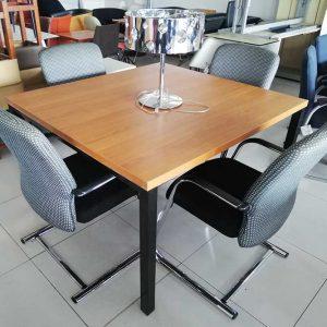 Luxe vergadertafel met massief blad