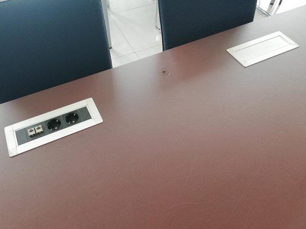 Bureau met stekkerdoos voor stopcontact en internetaansluiting