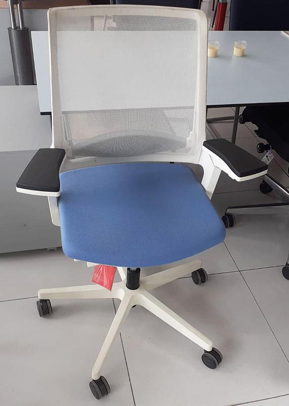 Interstuhl MOVYis3 ergonomische bureaustoel in wit met lichtblauw