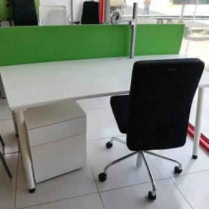 Artifort / Lande gebogen bureau met bureauscherm en monitorarm
