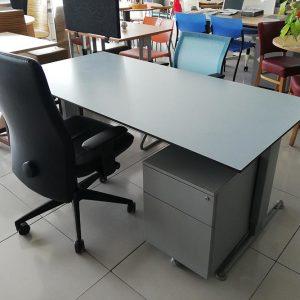 I-poot bureau met een waterbestendig trespa / ciranol blad 180x90cm