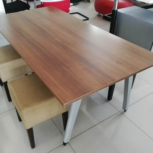 Lafe tafel 160x90cm met krukjes van kunstleder
