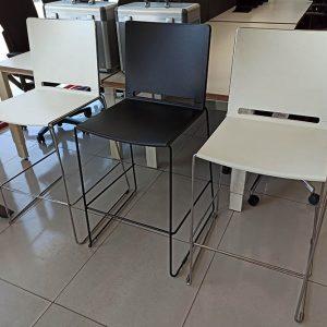 Moderne hoge barstoelen in wit