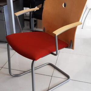 Sledestoel met rode zitting en houten rug