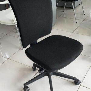 Markant bureaustoel met gestoffeerde rug zonder armleuningen