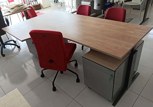 L-bureau met een melamine blad