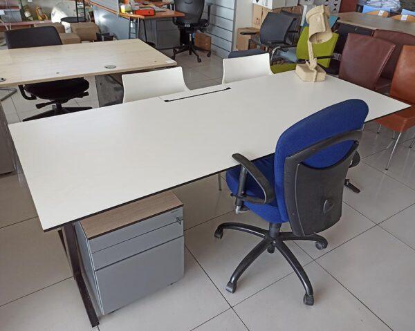 Extra lang bureau 220 cm met een waterbestendig blad van trespa