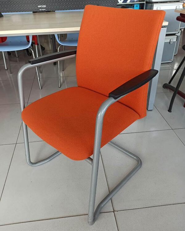 Stapelbare vergaderstoel in oranje